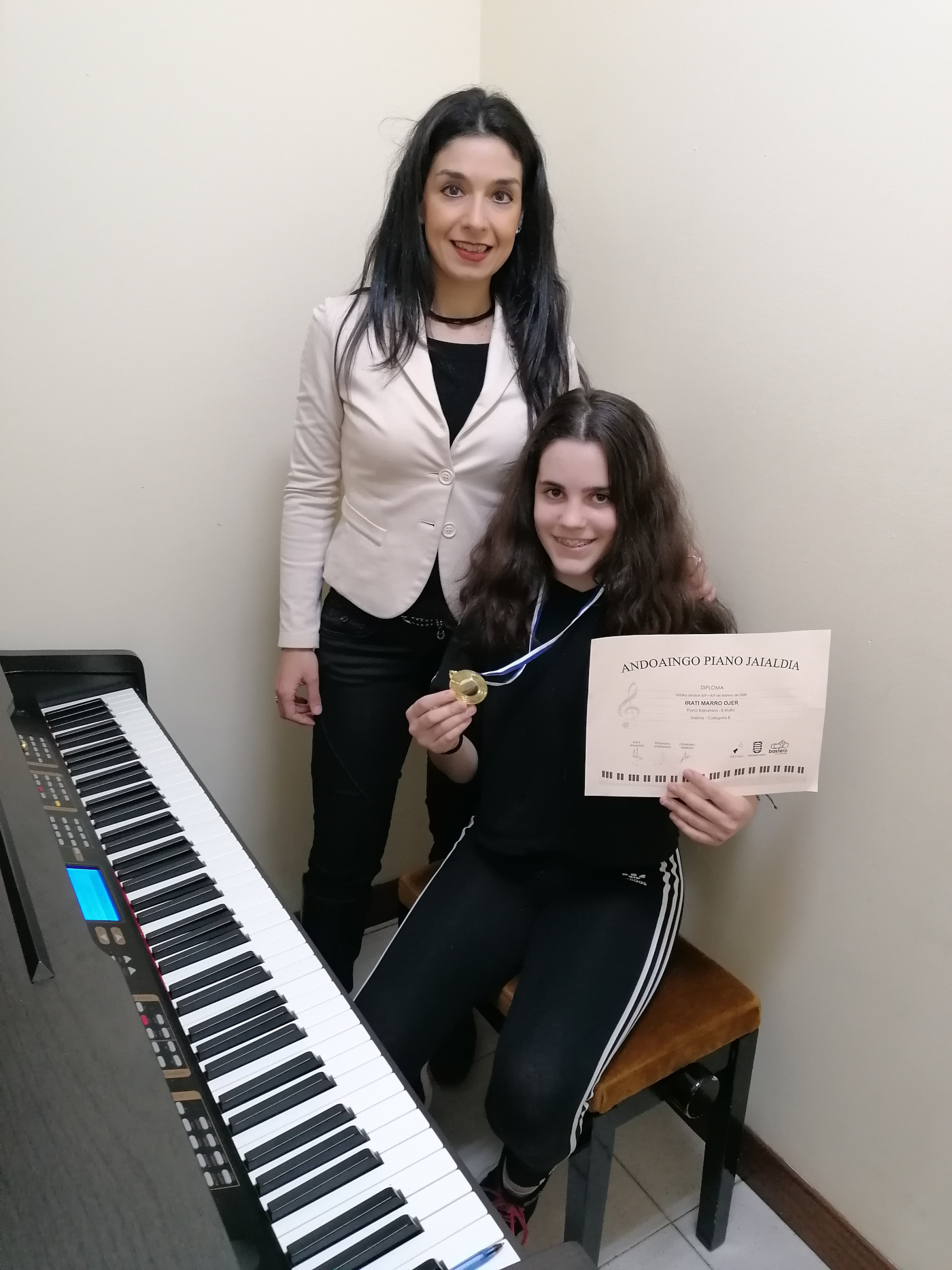 Irati Marro con su profesora Mirentxu medalla de oro en el certamen de piano de Andoain. Febrero 2020